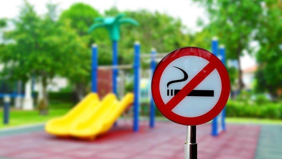 De prosperar un proyecto de ley estaría prohibido fumar en plazas y otros espacios verdes