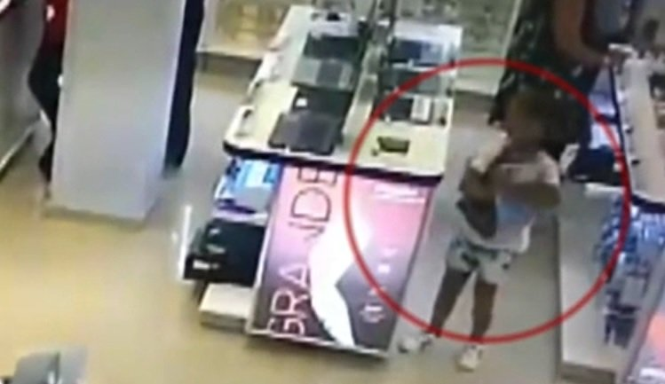VIDEO: Una madre usa a su hija para robarse una computadora de un local