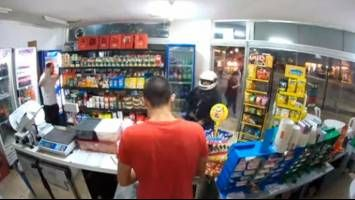 VIDEO: Robaba un kiosco, guardó el arma en el bolsillo, se le disparó y murió